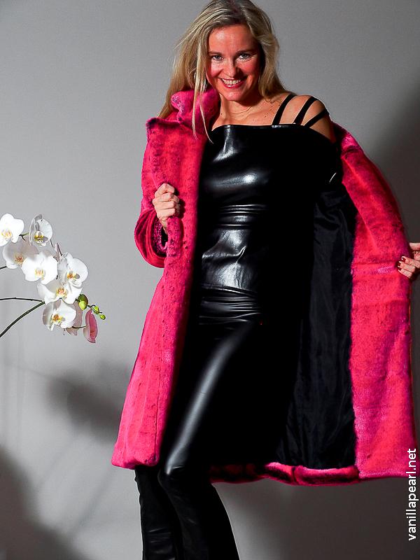 Christina in schwarzen Lederleggings, schwarzes Ledertop, Fellmantel Living 030116-21-2