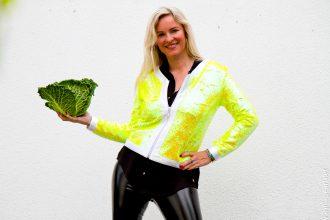 Christina Vanilla Pearl Lackleggings und Gelbe Paillettenjacke von Arcanum