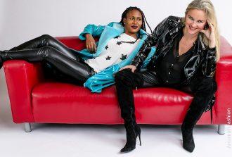 Christina. Vanilla Pearl und-rama-in-arcanum-lederhose-shine!-auf-rotem-sofa