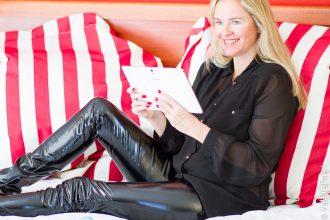 Christina, VanillaPearl in Arcanum Shine, vegane Lederhose - Kunstlederhose schwarz in Südafrika.